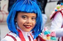 TORREVIEJA, AM 19. FEBRUAR: Karnevalsgruppen und kostümierte Charaktere Lizenzfreie Stockfotos