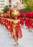 TORREVIEJA, AM 19. FEBRUAR: Karnevalsgruppen und kostümierte Charaktere Stockfoto