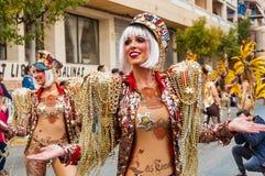 TORREVIEJA, 19 FEBRUARI: Carnaval-Groep en gekostumeerde karakters Royalty-vrije Stock Foto's