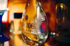 Torrevieja Hiszpania, Lipiec, - 28, 2015: Dolna część butelka ajerówka Restauracja w Torrevieja, Hiszpania Zdjęcie Stock