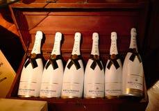 Torrevieja Hiszpania, Lipiec, - 28, 2015: Wino loch pełno wino butelki Restauracja w Torrevieja, Hiszpania Zdjęcia Royalty Free