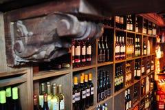 Torrevieja, Spagna - 28 luglio 2015: Cantina in pieno delle bottiglie di vino Ristorante a Torrevieja, Spagna Immagine Stock