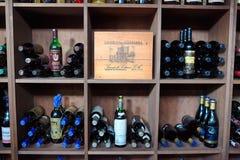 Torrevieja, Spagna - 28 luglio 2015: Cantina in pieno delle bottiglie di vino Ristorante a Torrevieja, Spagna Immagini Stock Libere da Diritti