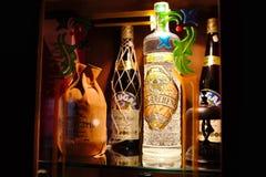 Torrevieja, Spagna - 28 luglio 2015: Cantina in pieno delle bottiglie di vino Ristorante a Torrevieja, Spagna Immagine Stock Libera da Diritti