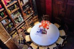 Torrevieja, Spagna - 28 luglio 2015: Cantina in pieno delle bottiglie di vino Ristorante a Torrevieja, Spagna Fotografia Stock Libera da Diritti