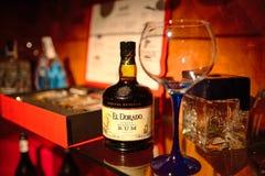 Torrevieja, Spagna - 28 luglio 2015: Una bottiglia di buon rum e di un vetro Ristorante a Torrevieja, Spagna Fotografia Stock