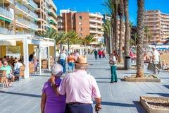 TORREVIEJA SPANIEN - NOVEMBER 13, 2017: Ett högt par som går på gatorna av Torrevieja royaltyfri foto