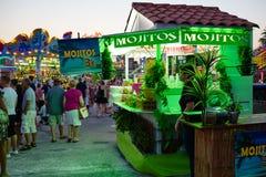 Torrevieja, Spanje - Juli 28, 2015: De drank van verkoopmojito bij pretpark in de avond Stock Foto