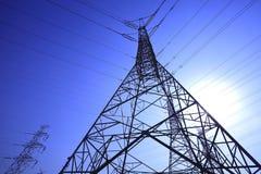 Torri ad alta tensione del trasporto di energia Immagini Stock