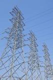Torri ad alta tensione del trasporto di energia Fotografia Stock Libera da Diritti