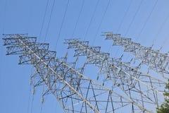Torri ad alta tensione del trasporto di energia Fotografie Stock