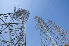 Torri ad alta tensione del trasporto di energia Fotografie Stock Libere da Diritti