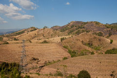 Torri ad alta tensione della trasmissione sulle montagne superiori Fotografie Stock
