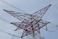 Torri ad alta tensione elettriche del trasporto di energia Fotografia Stock Libera da Diritti