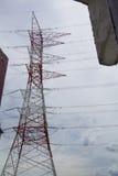 Torri ad alta tensione elettriche del trasporto di energia Fotografie Stock Libere da Diritti