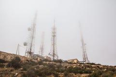 Torri ad alta tensione sulla montagna del yeoow Fotografia Stock