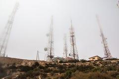 Torri ad alta tensione sulla montagna del yeoow Fotografie Stock