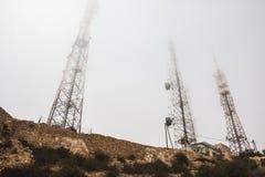 Torri ad alta tensione sulla montagna del yeoow Fotografia Stock Libera da Diritti