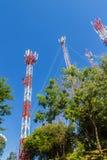 Torri alte di comunicazione e del telefono cellulare contro il fondo del cielo blu Alta torre di telecomunicazione sul fondo dell Immagini Stock Libere da Diritti