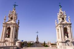 Torri barrocco d'imposizione del monastero di sao Vicente de Fora, con gli incroci e le campane, come visto dal tetto, a Lisbona, fotografie stock