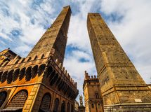 Torri debido (dos torres) en Bolonia (hdr) imagen de archivo