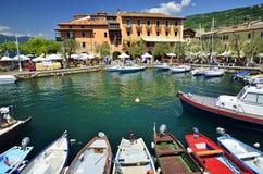Torri del Benaco - ville sur le policier de lac, Italie Photo libre de droits