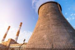 Torri del camino della centrale elettrica Fotografia Stock