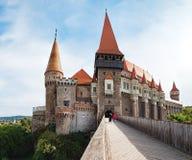 Torri del castello di Corvin in Romania fotografia stock