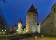 Torri del muro di cinta nel crepuscolo, Estonia di Tallinn Immagini Stock Libere da Diritti