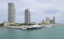 Torri del porticciolo di Miami Beach e del condominio del lusso Immagine Stock Libera da Diritti
