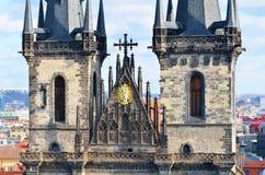 Torri del primo piano della chiesa di Tyn in città di Praga Immagine Stock