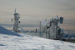 Torri del trasmettitore su una collina nell'inverno fotografie stock libere da diritti