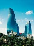 Torri della fiamma ed i minareti di vecchia moschea a Bacu, Azerbaigian fotografia stock libera da diritti