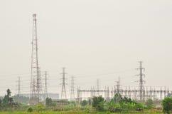 Torri di energia elettrica nella zona della campagna Fotografie Stock Libere da Diritti