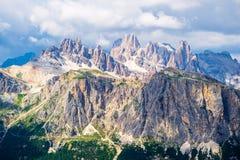 Torri di Falzarego и бык dei Col в переднем плане Пиколло Lagazuoi, Cima Conturines, Cima Fanis на заднем плане стоковые изображения