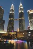Torri di Petronas con la fontana accesa Fotografie Stock Libere da Diritti