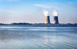 Torri di raffreddamento con vapore da una centrale nucleare Fotografia Stock