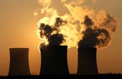 Torri di raffreddamento della centrale nucleare Fotografie Stock Libere da Diritti