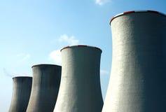 Torri di raffreddamento nucleari Fotografia Stock