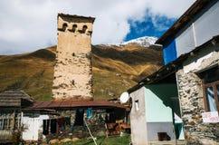 Torri di Svan e casa del machub con la pietra per lastricare, Ushguli, Svaneti, Georgia Fotografia Stock Libera da Diritti