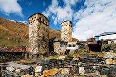 Torri di Svan e casa del machub con la pietra per lastricare, Ushguli, Svaneti, Georgia Immagine Stock
