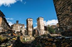 Torri di Svan e casa del machub con la pietra per lastricare, Ushguli, Svaneti, Georgia Fotografia Stock