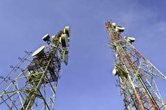 Torri di telecomunicazione con cielo blu Fotografie Stock Libere da Diritti