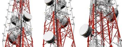 Torri di telecomunicazione con le antenne della TV ed il riflettore parabolico, isolati su fondo bianco, panorama Fotografie Stock Libere da Diritti