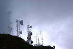 Torri di telecomunicazione in nebbia Fotografia Stock