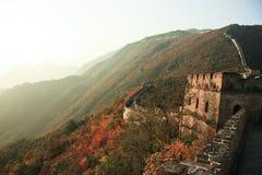 Torri di una grande muraglia al tramonto in autunno Immagine Stock