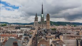 Torri e façade anteriore della cattedrale di Rouen sopra la via medievale e delle costruzioni del centro urbano di Rouen, Franci fotografia stock libera da diritti