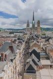 Torri e façade anteriore della cattedrale di Rouen sopra la via medievale e delle costruzioni del centro urbano di Rouen, Franci immagini stock libere da diritti