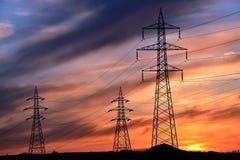 Torri elettriche ad alta tensione nella linea Fotografia Stock
