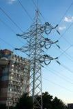 Torri elettriche con i cavi Torre ad alta tensione elettrica con la linea elettrica contro chiaro cielo blu Fotografia Stock